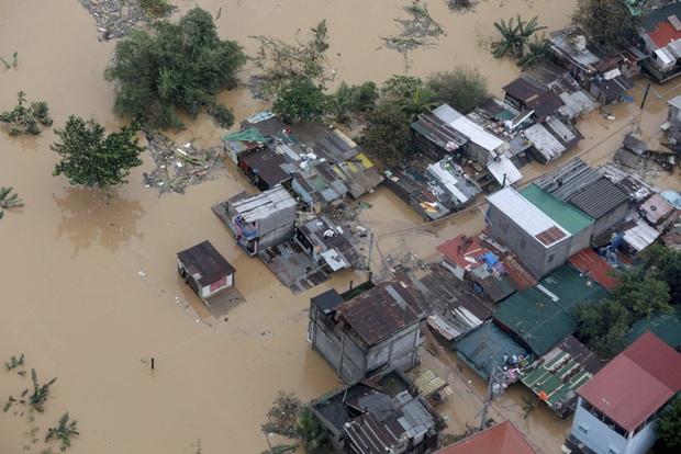 Nhiều vùng tại Philippines vẫn ngập sâu dù bão Vamco đã tan - Ảnh 2.