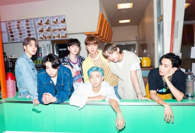 Dynamite của BTS trở thành bài hát thắng nhiều cúp nhất lịch sử Kpop, tiễn Boy With Luv và hàng loạt hit khác ra chuồng gà - Ảnh 3.