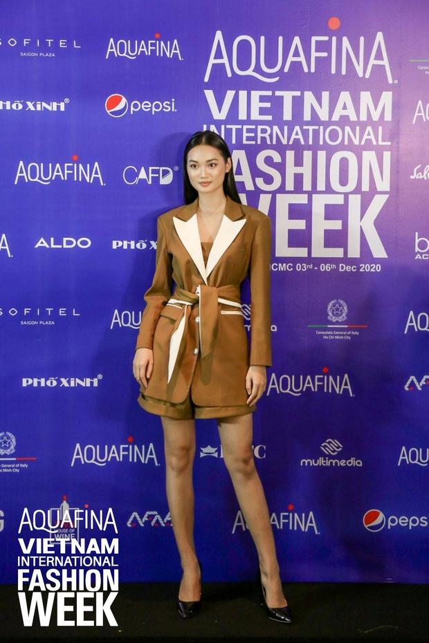 Họp báo Aquafina Tuần lễ thời trang Quốc tế Việt Nam: Phương Mai khoe vòng 1 thách thức, hé lộ mẫu thiết kế trong BST mở màn đến từ NTK Công Trí - Ảnh 1.