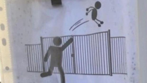 Thót tim học sinh tiểu học bị bố mẹ... ném qua cổng trường cao hơn 1,8m vì sợ muộn, nhà trường lập tức ban lệnh cấm - Ảnh 2.