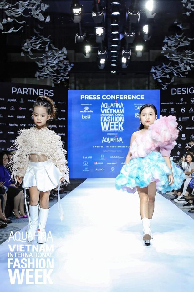 Họp báo Aquafina Tuần lễ thời trang Quốc tế Việt Nam: Phương Mai khoe vòng 1 thách thức, hé lộ mẫu thiết kế trong BST mở màn đến từ NTK Công Trí - Ảnh 11.