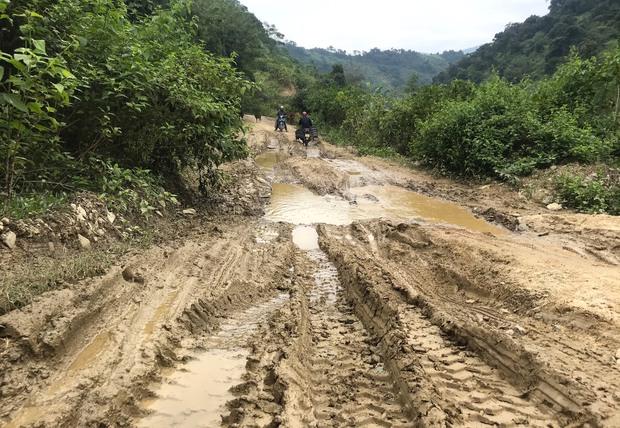 Con đường ám ảnh nhất biên giới Nghệ An, những tảng đá lơ lửng trên đầu người đi đường - Ảnh 5.