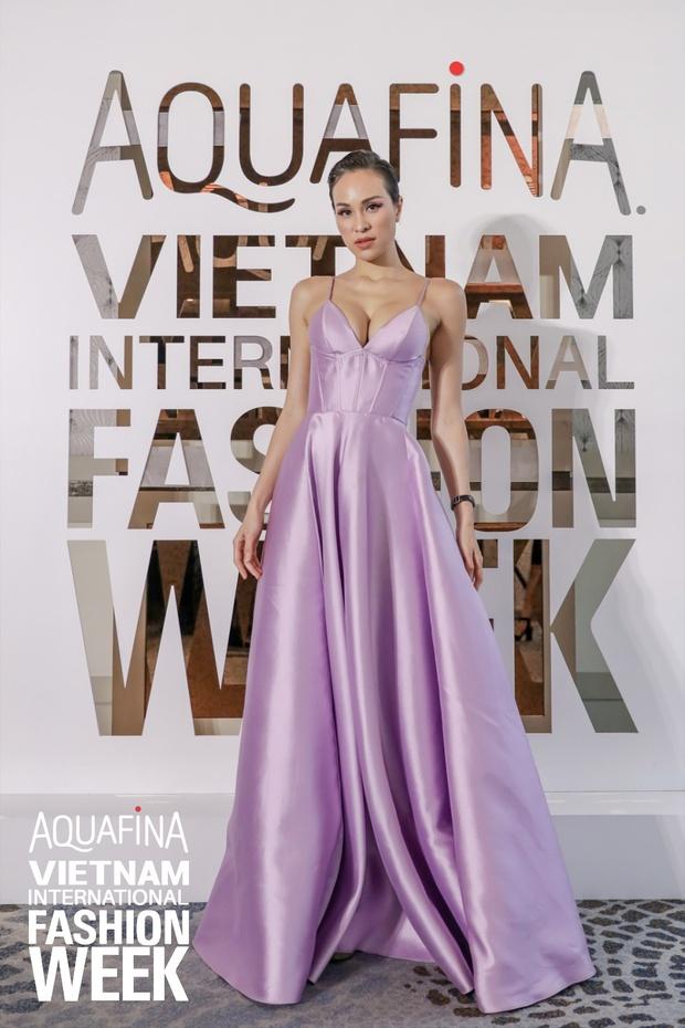 Họp báo Aquafina Tuần lễ thời trang Quốc tế Việt Nam: Phương Mai khoe vòng 1 thách thức, hé lộ mẫu thiết kế trong BST mở màn đến từ NTK Công Trí - Ảnh 4.