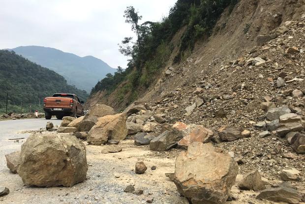 Con đường ám ảnh nhất biên giới Nghệ An, những tảng đá lơ lửng trên đầu người đi đường - Ảnh 7.