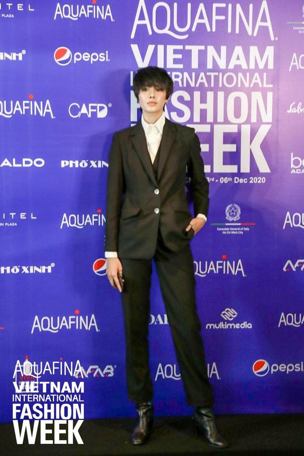 Họp báo Aquafina Tuần lễ thời trang Quốc tế Việt Nam: Phương Mai khoe vòng 1 thách thức, hé lộ mẫu thiết kế trong BST mở màn đến từ NTK Công Trí - Ảnh 6.
