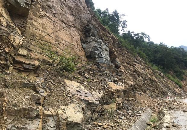Con đường ám ảnh nhất biên giới Nghệ An, những tảng đá lơ lửng trên đầu người đi đường - Ảnh 8.