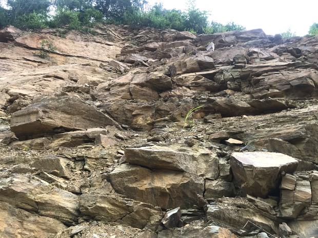 Con đường ám ảnh nhất biên giới Nghệ An, những tảng đá lơ lửng trên đầu người đi đường - Ảnh 9.