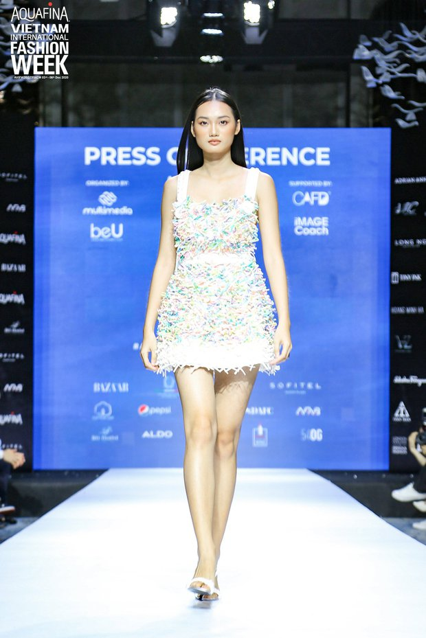 Họp báo Aquafina Tuần lễ thời trang Quốc tế Việt Nam: Phương Mai khoe vòng 1 thách thức, hé lộ mẫu thiết kế trong BST mở màn đến từ NTK Công Trí - Ảnh 8.