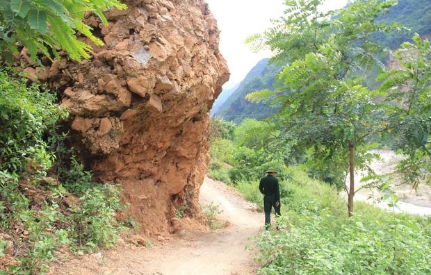 Con đường ám ảnh nhất biên giới Nghệ An, những tảng đá lơ lửng trên đầu người đi đường - Ảnh 10.