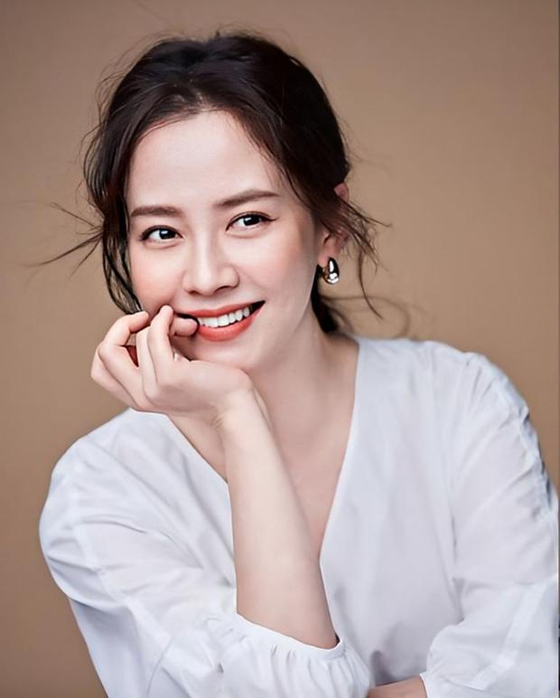 Song Ji Hyo bị cắm sừng, Gong Yoo xấu hổ vì gọi bạn gái cũ lúc say và loạt chuyện tình buồn của sao Hàn lần đầu được hé lộ - Ảnh 3.