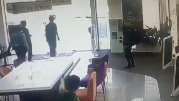 Clip quá trình nghi phạm tẩm xăng doạ đốt, cướp chi nhánh ngân hàng TPBank ở Sài Gòn - Ảnh 3.