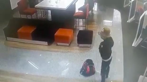 Clip quá trình nghi phạm tẩm xăng doạ đốt, cướp chi nhánh ngân hàng TPBank ở Sài Gòn - Ảnh 2.