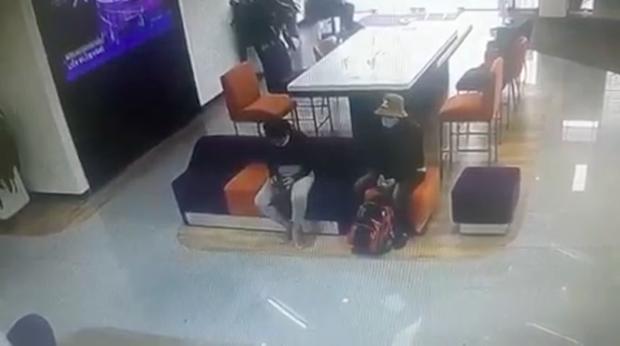Clip quá trình nghi phạm tẩm xăng doạ đốt, cướp chi nhánh ngân hàng TPBank ở Sài Gòn - Ảnh 1.