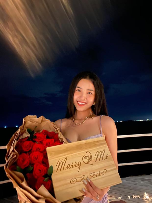 HOT: Á hậu Thuý An được bạn trai cầu hôn lãng mạn sau 3 năm hẹn hò kín tiếng, gần hết nhiệm kỳ đã có tin vui - Ảnh 4.