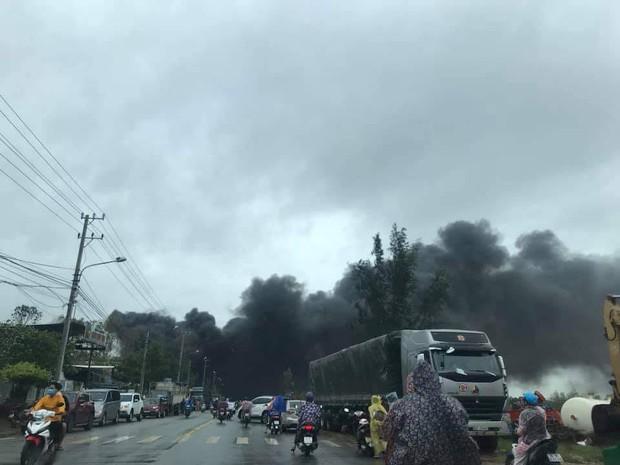 Cháy lớn tại cơ sở tái chế phế liệu nhựa ở Quảng Nam - Ảnh 2.