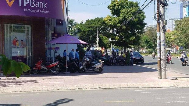 Kẻ tẩm xăng, xông vào cướp chi nhánh ngân hàng TPBank ở Sài Gòn khai gì? - Ảnh 2.