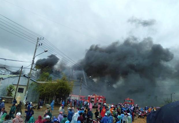 Cháy lớn tại cơ sở tái chế phế liệu nhựa ở Quảng Nam - Ảnh 1.