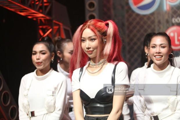 Min gây tranh cãi vì khuôn mặt đơ cứng, sưng vù trên sân khấu Rap Việt, netizen ồ ạt: Ơ ai đây, không quen! - Ảnh 3.