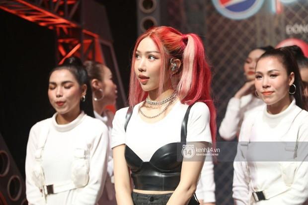 Min gây tranh cãi vì khuôn mặt đơ cứng, sưng vù trên sân khấu Rap Việt, netizen ồ ạt: Ơ ai đây, không quen! - Ảnh 2.