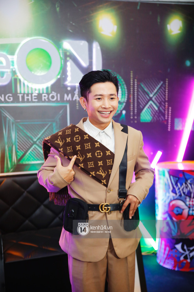 Thảm đỏ Chung kết Rap Việt: Suboi khoe răng kim cương, Diễm My 9X quá ngầu, Binz - Karik dính nhau như sam - Ảnh 17.