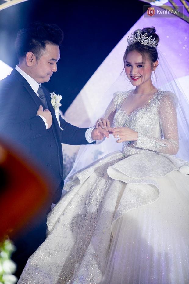 Cận cảnh loạt váy cưới, trong đó có chiếc 28 tỷ đính 6 viên kim cương của Xoài Non - vợ streamer giàu nhất VN - Ảnh 2.