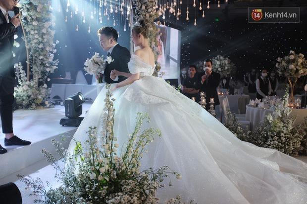 Cận cảnh loạt váy cưới, trong đó có chiếc 28 tỷ đính 6 viên kim cương của Xoài Non - vợ streamer giàu nhất VN - Ảnh 9.