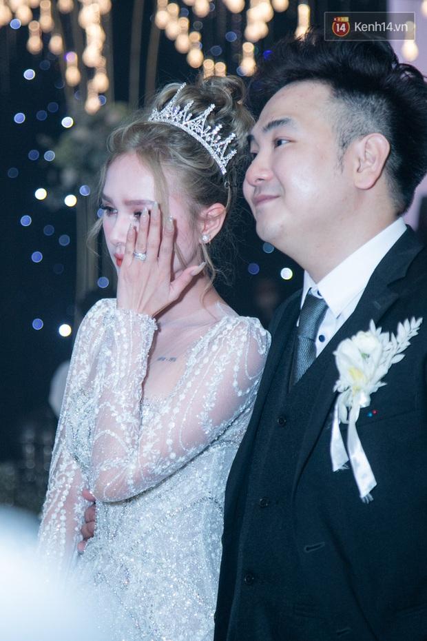 Cận cảnh loạt váy cưới, trong đó có chiếc 28 tỷ đính 6 viên kim cương của Xoài Non - vợ streamer giàu nhất VN - Ảnh 12.