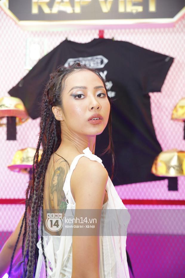 Rap Việt là đấu trường chặt chém của dàn sao nữ: Ngọc Lan diện đồ nguy hiểm, Suboi hầm hố, kéo xuống ngã ngửa vì Khả Như - Ảnh 2.