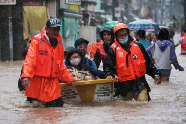 Philippines chật vật cứu hàng nghìn người dân bị cô lập vì nước lũ - Ảnh 1.