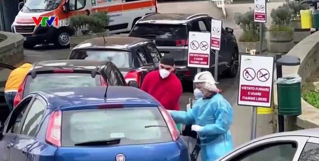 Quá tải phòng điều trị, Italy phải điều trị bệnh nhân trong ô tô - Ảnh 1.