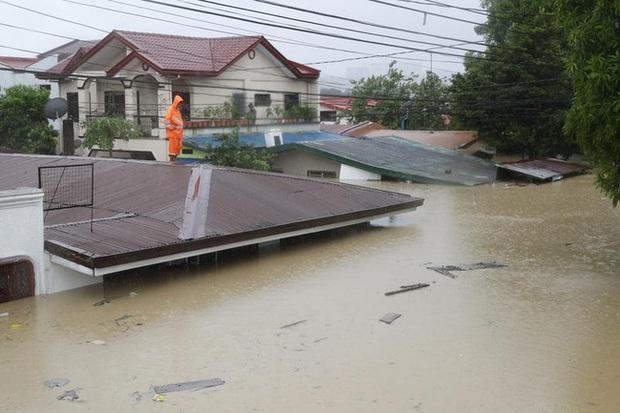 Philippines oằn mình giữa dòng nước lũ sau khi hứng chịu siêu bão Vamco khiến ít nhất 54 người chết, người dân chật vật ổn định cuộc sống - Ảnh 1.
