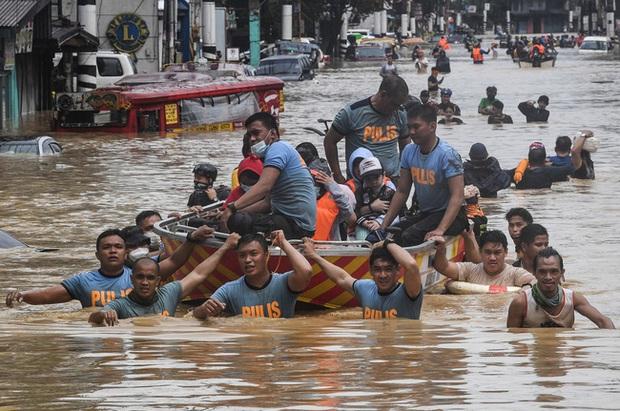 Philippines oằn mình giữa dòng nước lũ sau khi hứng chịu siêu bão Vamco khiến ít nhất 54 người chết, người dân chật vật ổn định cuộc sống - Ảnh 2.