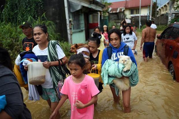 Philippines oằn mình giữa dòng nước lũ sau khi hứng chịu siêu bão Vamco khiến ít nhất 54 người chết, người dân chật vật ổn định cuộc sống - Ảnh 3.