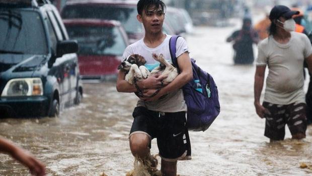 Philippines oằn mình giữa dòng nước lũ sau khi hứng chịu siêu bão Vamco khiến ít nhất 54 người chết, người dân chật vật ổn định cuộc sống - Ảnh 4.