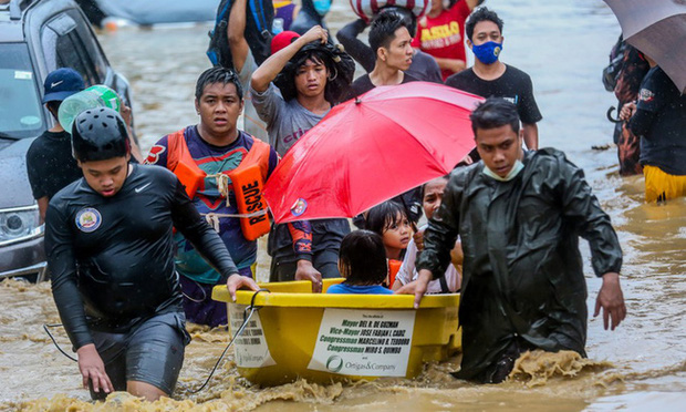 Philippines oằn mình giữa dòng nước lũ sau khi hứng chịu siêu bão Vamco khiến ít nhất 54 người chết, người dân chật vật ổn định cuộc sống - Ảnh 6.