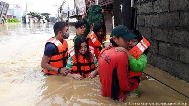 Philippines oằn mình giữa dòng nước lũ sau khi hứng chịu siêu bão Vamco khiến ít nhất 54 người chết, người dân chật vật ổn định cuộc sống - Ảnh 7.