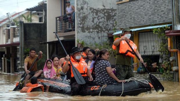 Philippines oằn mình giữa dòng nước lũ sau khi hứng chịu siêu bão Vamco khiến ít nhất 54 người chết, người dân chật vật ổn định cuộc sống - Ảnh 8.