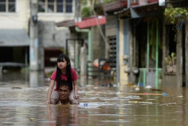 Philippines oằn mình giữa dòng nước lũ sau khi hứng chịu siêu bão Vamco khiến ít nhất 54 người chết, người dân chật vật ổn định cuộc sống - Ảnh 9.