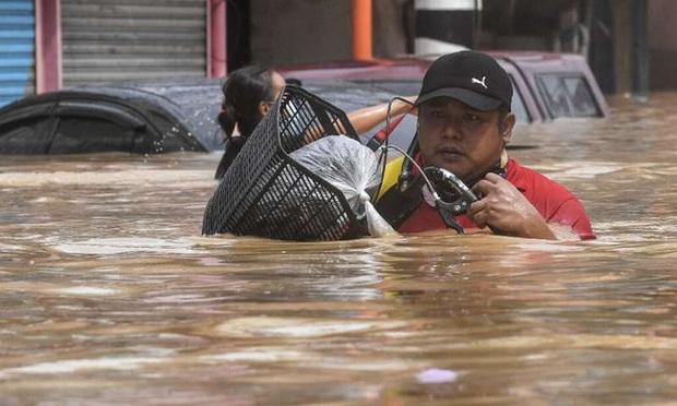Philippines oằn mình giữa dòng nước lũ sau khi hứng chịu siêu bão Vamco khiến ít nhất 54 người chết, người dân chật vật ổn định cuộc sống - Ảnh 10.