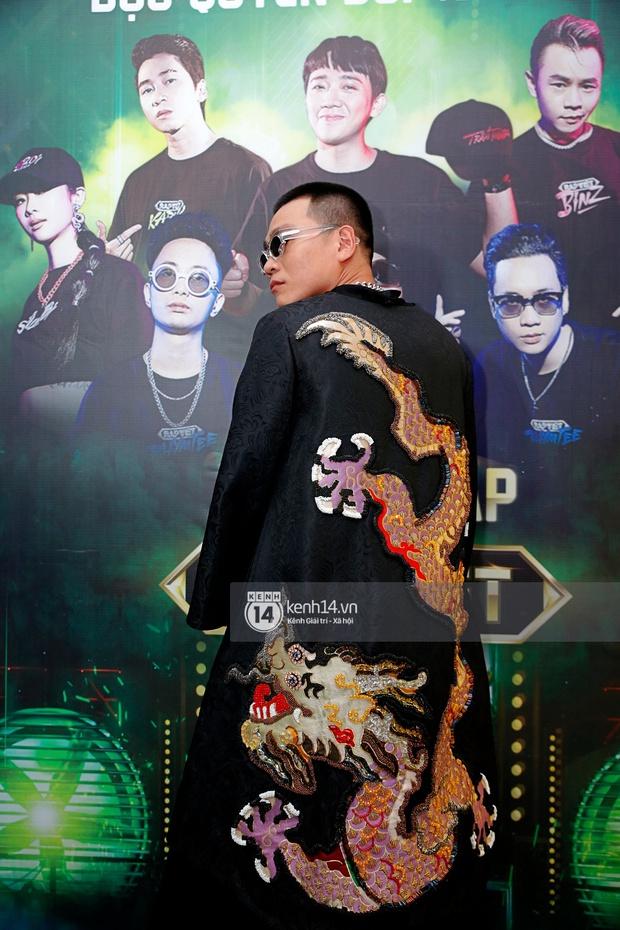 Thảm đỏ Chung kết Rap Việt: Suboi khoe răng kim cương, Diễm My 9X quá ngầu, Binz - Karik dính nhau như sam - Ảnh 9.