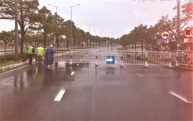 Đà Nẵng thực hiện lệnh giới nghiêm, phong tỏa các cây cầu bắc qua sông Hàn trước giờ bão số 13 đổ bộ - Ảnh 2.
