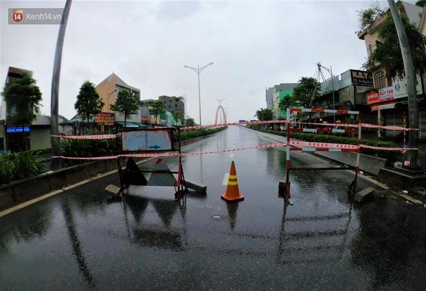 Đà Nẵng thực hiện lệnh giới nghiêm, phong tỏa các cây cầu bắc qua sông Hàn trước giờ bão số 13 đổ bộ - Ảnh 1.