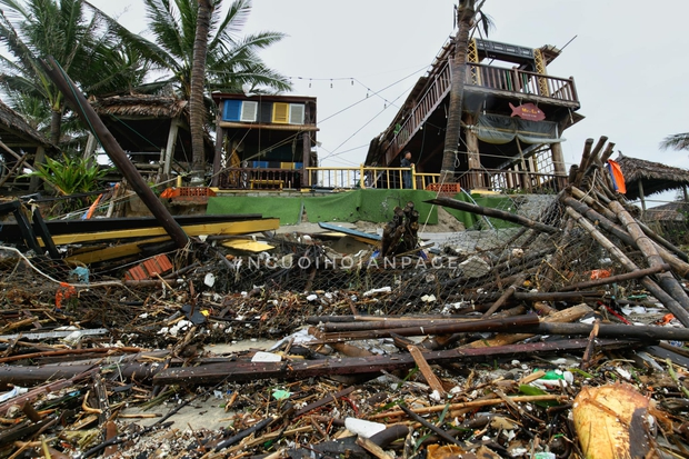 Biển An Bàng (Hội An) tan tác sau cơn bão số 13, du lịch ảnh hưởng nặng nề - Ảnh 1.