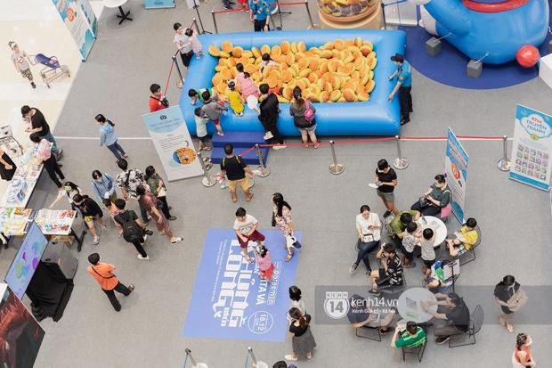 Ảnh: Giới trẻ Sài Gòn đua nhau đến dự sinh nhật 50 tuổi siêu hoành tráng của Doraemon, chụp hình check-in nhiều không kém gì thiếu nhi! - Ảnh 6.