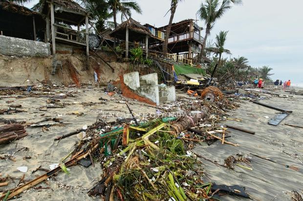 Biển An Bàng (Hội An) tan tác sau cơn bão số 13, du lịch ảnh hưởng nặng nề - Ảnh 2.