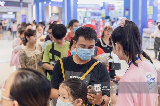 Ảnh: Giới trẻ Sài Gòn đua nhau đến dự sinh nhật 50 tuổi siêu hoành tráng của Doraemon, chụp hình check-in nhiều không kém gì thiếu nhi! - Ảnh 3.