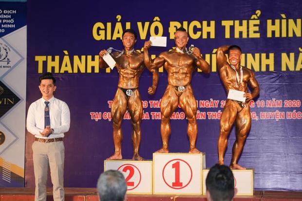Trọng tài đẹp trai nhất Giải Vô địch thể hình QG 2020: Từng phục vụ trong Quân chủng PKKQ, ngày làm HLV gym, tối làm Phó TGĐ nhãn hiệu thời trang - Ảnh 16.