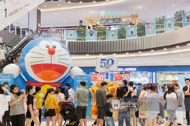 Ảnh: Giới trẻ Sài Gòn đua nhau đến dự sinh nhật 50 tuổi siêu hoành tráng của Doraemon, chụp hình check-in nhiều không kém gì thiếu nhi! - Ảnh 1.