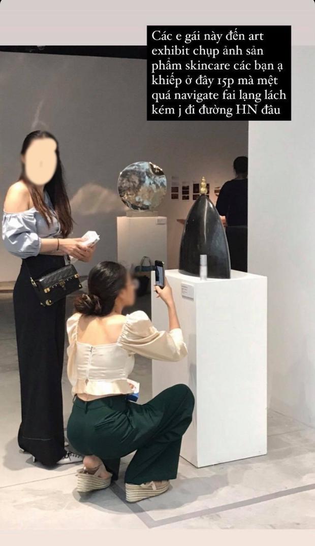 Dân mạng tức giận tột độ trước cảnh hai cô gái đi triển lãm nghệ thuật để chụp ảnh quảng cáo mỹ phẩm - Ảnh 3.