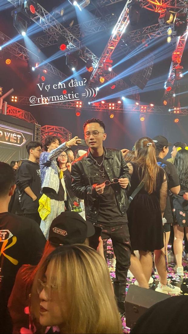Rhymastic không hổ danh anh chồng quốc dân: Vừa rap nịnh vợ trên sân khấu lại vội vã tìm bà xã khi kết thúc Rap Việt - Ảnh 5.